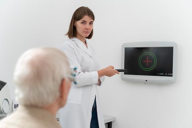 Man met oogcontrole in een oogheelkundige kliniek