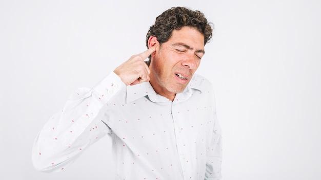 Man met oorpijn