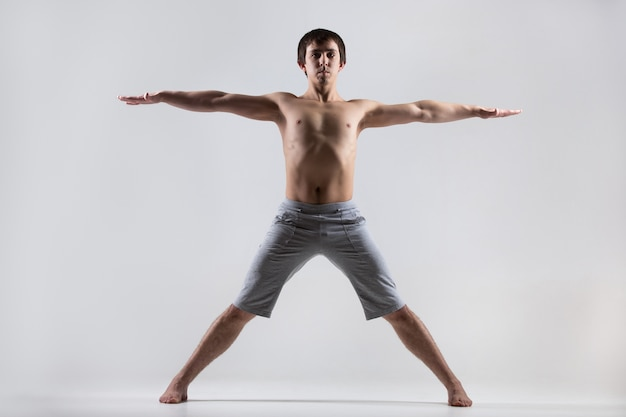 Man met open armen en benen