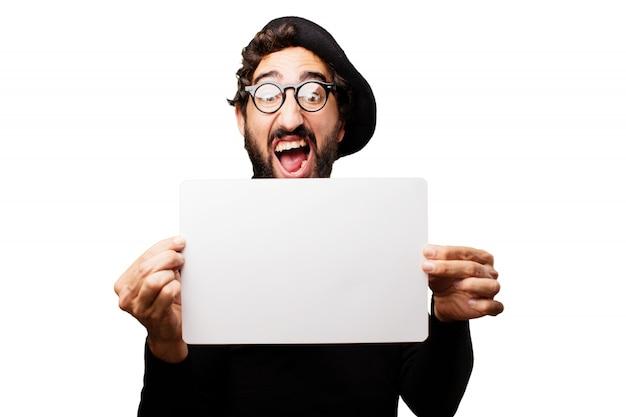 Man met open mond en een baret met een blanco papier