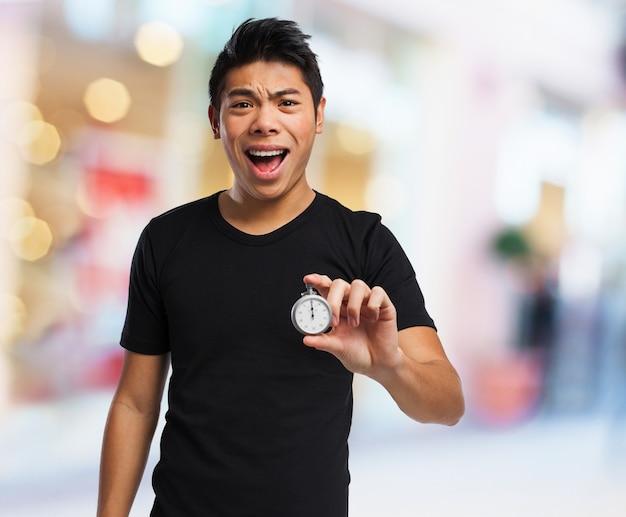 Man met open mond en een klok