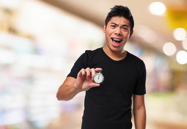 Man met open mond met een klok