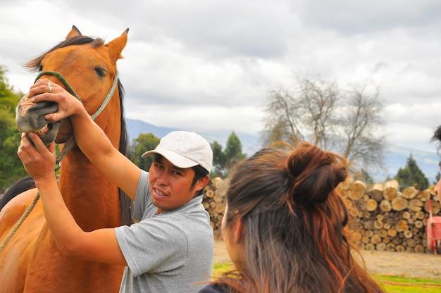 Man met paard. manege in ecuador