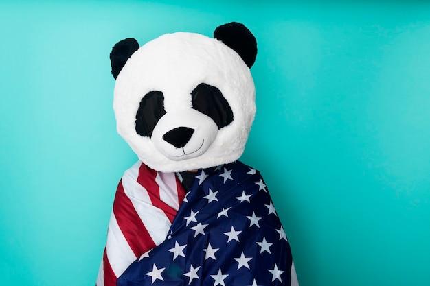 Man met pandamasker omwikkeld met amerikaanse vlag