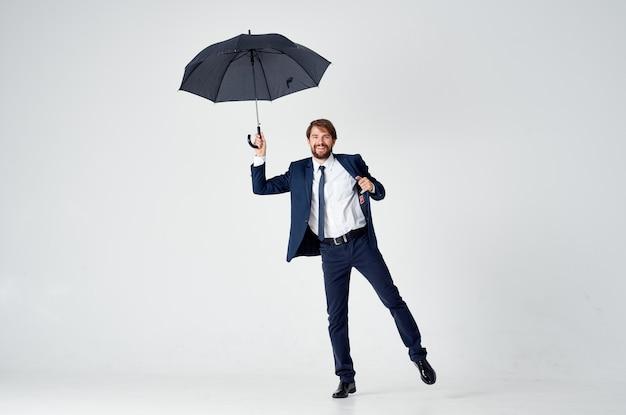 Man met paraplu regen bescherming weer
