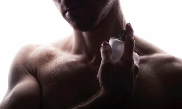 Man met parfum op wit