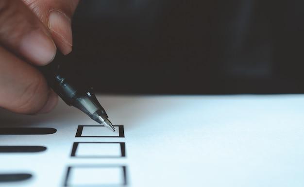 Man met pen te markeren op stem papier