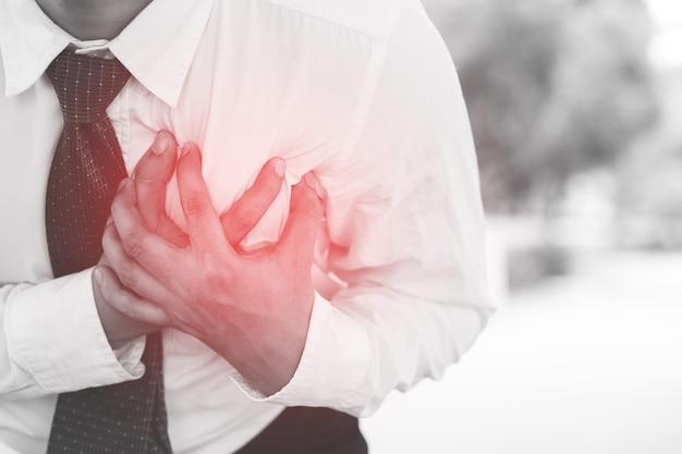 Man met pijn op de borst - hartaanval buitenshuis. of zware inspanning zorgt ervoor dat het lichaam hartaandoeningen schokken.