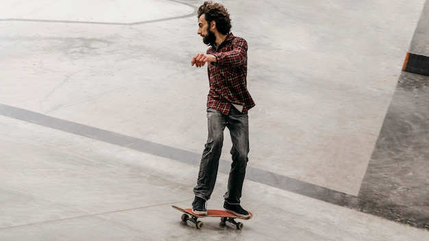 Man met plezier met skateboard buiten in het park