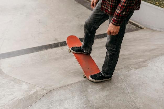 Man met plezier met skateboard buitenshuis