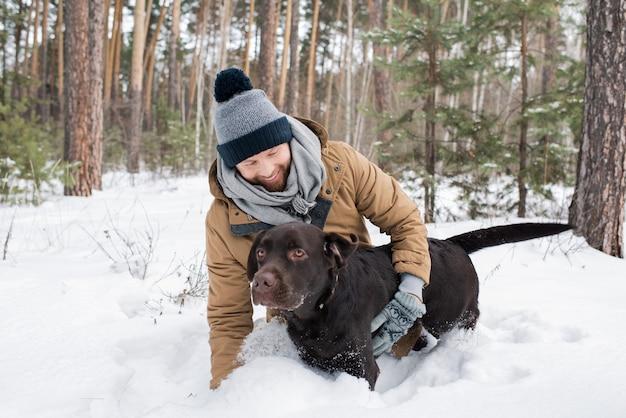 Man met plezier met zijn labrador