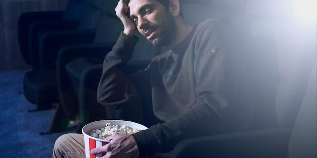 Man met popcorn in de bioscoop