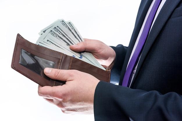 Man met portemonnee met dollar biljetten