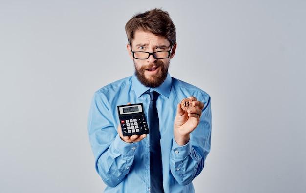 Man met rekenmachine cryptocurrency bitcoin financiële markteconomie technologie