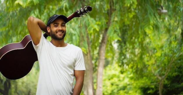 Man met rode gitaar afbeelding