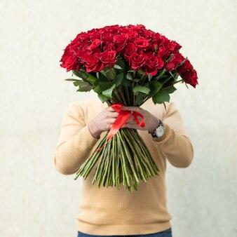 Man met rode roos boeket