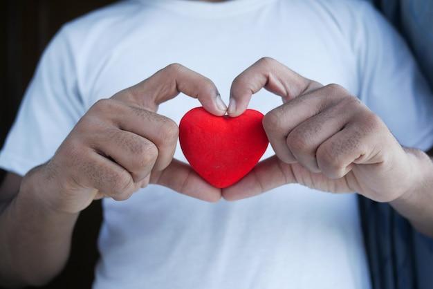 Man met rood hart op blauwe achtergrond