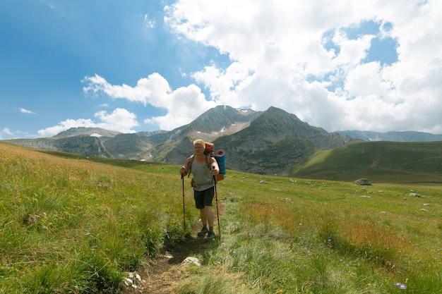 Man met rugzak in de bergen