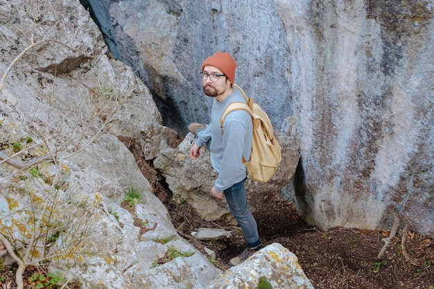 Man met rugzak wandelen in de bergen travel lifestyle succes concept avontuur actieve vakanties buiten bergbeklimmen sport zonsondergang landschap
