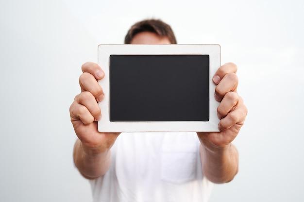 Man met schoolbord op witte achtergrond
