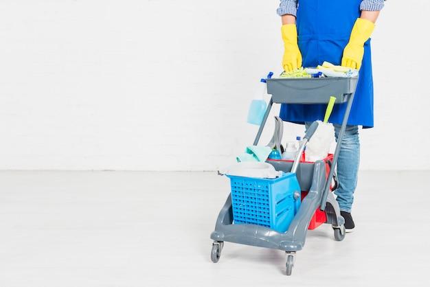 Man met schoonmaakmiddelen