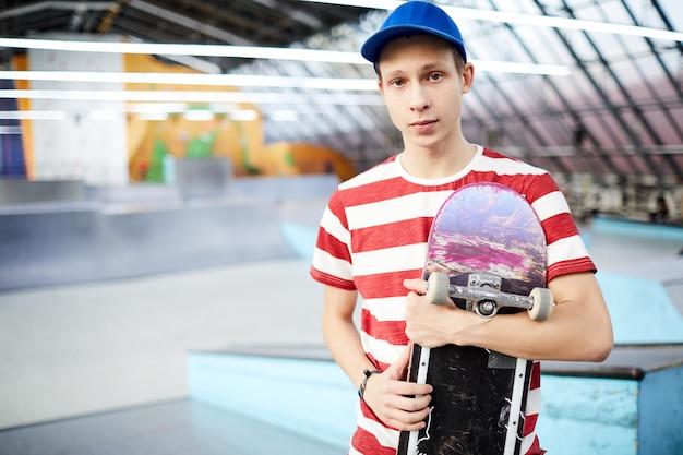 Man met skateboard