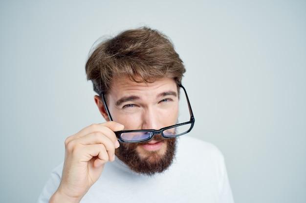 Man met slecht gezichtsvermogen gezondheidsproblemen lichte achtergrond