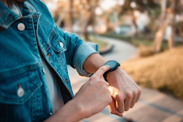 Man met slimme horloge buitenshuis watch