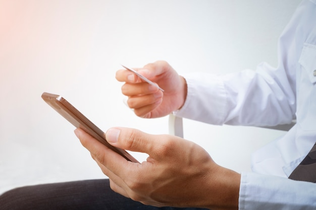 Man met slimme telefoon en creditcard. online winkelen