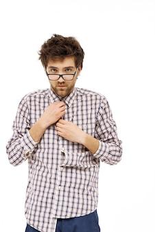 Man met slordig haar button-up shirt