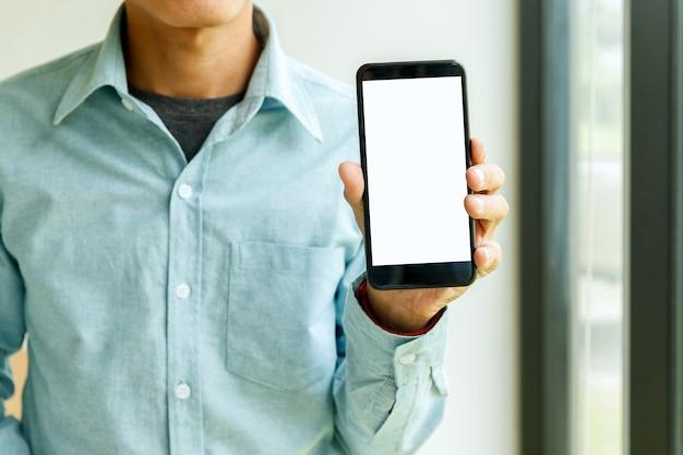 Man met smartphone in de hand. bedrijfsmens die smartphone toont.