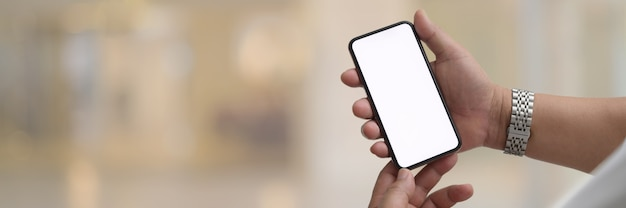 Man met smartphone met wit scherm