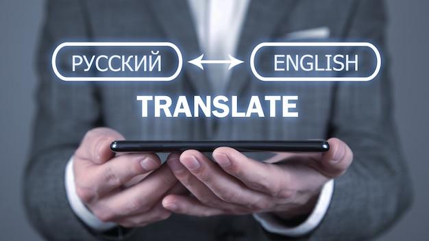 Man met smartphone. vertaal concept