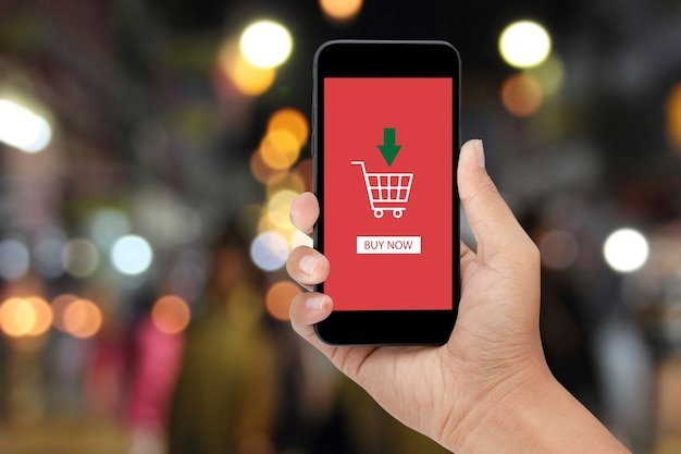 Man met smartphoneaankoop in de supermarkt. online bedrijfsconcept.