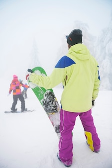 Man met snowboard in de winter