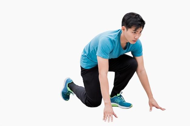 Man met sportkleding poseert klaar om te rennen. geïsoleerd op witte achtergrond
