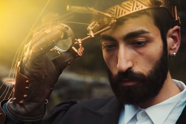 Man met steampunk kostuum