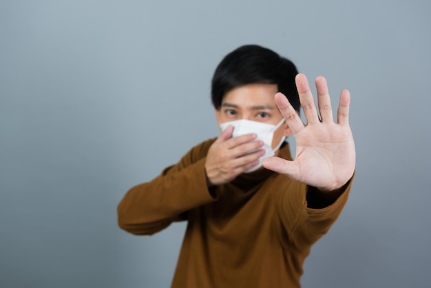 Man met stofmasker, bang om verkouden te worden, pm 2,5 stof