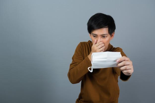 Man met stofmasker, bang voor verkoudheid, stof 2,5 pm, covid-19