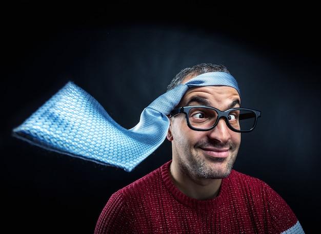 Man met stropdas op zijn hoofd.