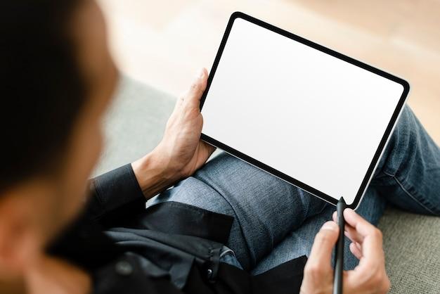 Man met stylus met digitale tablet