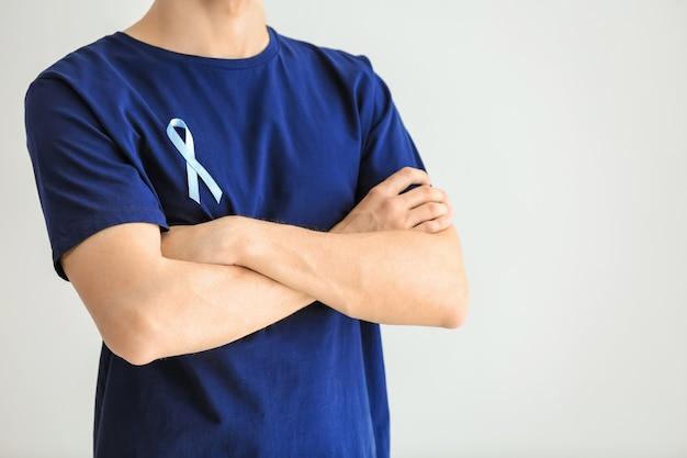 Man met symbolisch blauw lint op licht. prostaatkanker concept