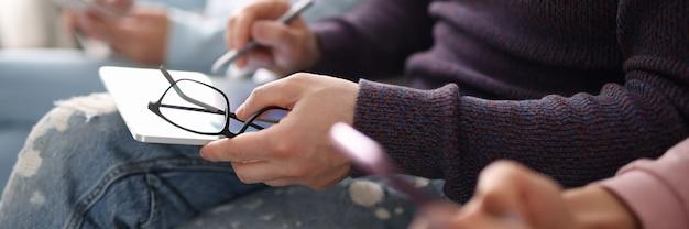 Man met tablet en stylus in lijn close-up. met behulp van gadgets concept