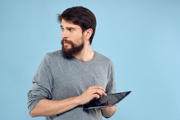 Man met tablet in handen technologie levensstijl draadloos apparaat