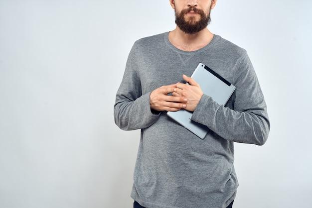 Man met tablet in handen technologie levensstijl internetcommunicatie werk lichte achtergrond bijgesneden weergave. hoge kwaliteit foto