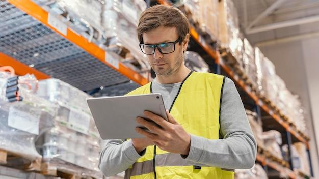 Man met tablet logistiek werken