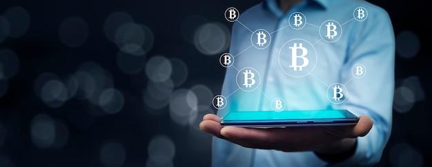 Man met tablet met bitcoin in het scherm