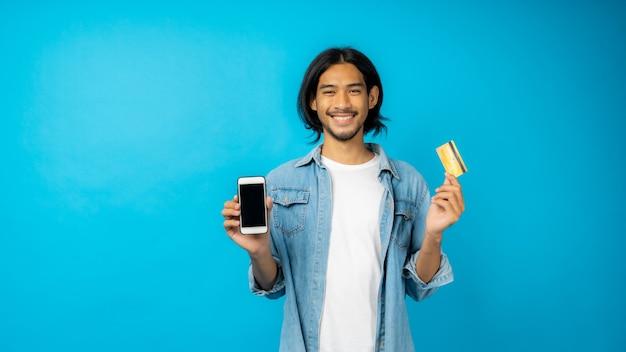 Man met telefoon en creditcard met kopie ruimte