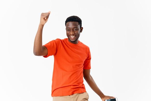 Man met telefoon in handen respectvol gebaar met handcommunicatie lichte achtergrond