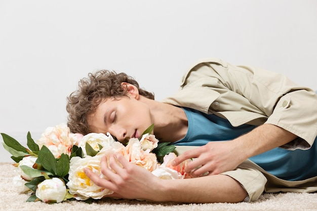 Man met trenchcoat met bloemen